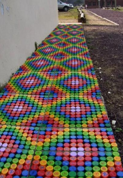 Дорожка из пластиковых крышечек для дачи
