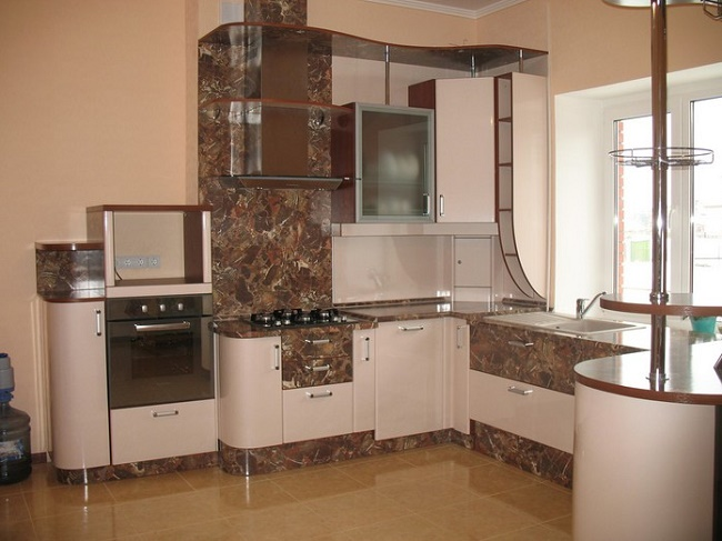 Угловая кухня в современном доме