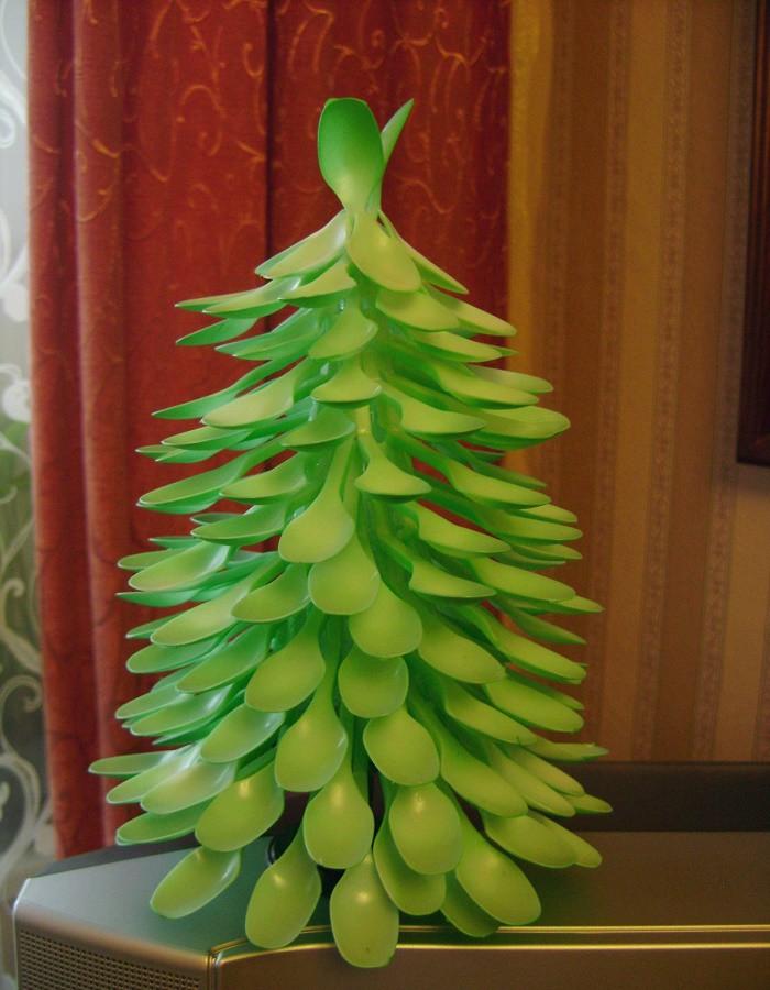 Новогодняя елка из одноразовой посуды