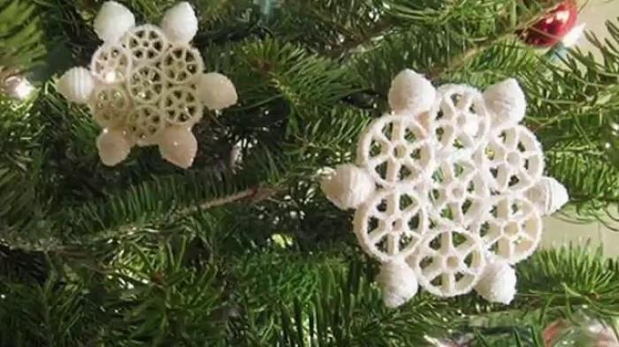 Снежинки из макарон фото