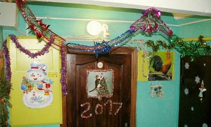 Новогоднее украшение подъезда