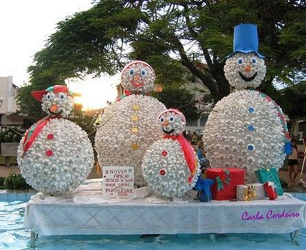 Большие снеговики из пластиковых бутылок