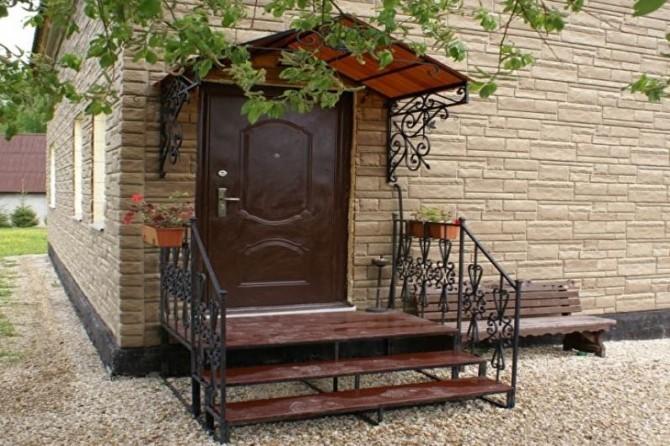 Входное крыльцо частного дома