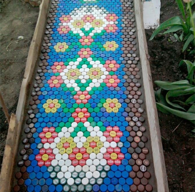 Садовая дорожка из пластмассовых крышечек
