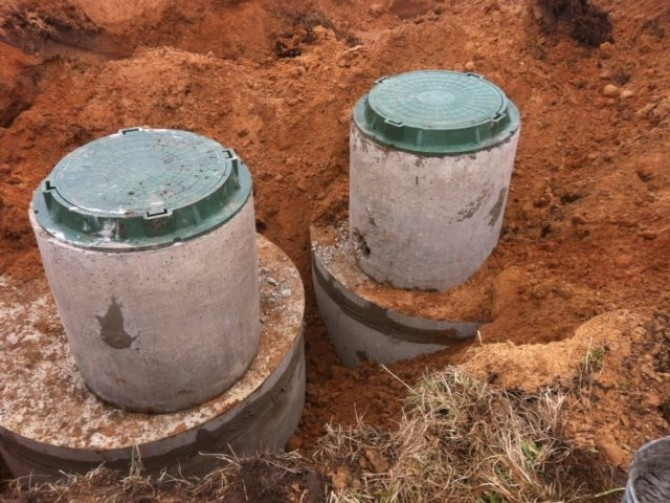 Установка бетонных колец в выгребную яму
