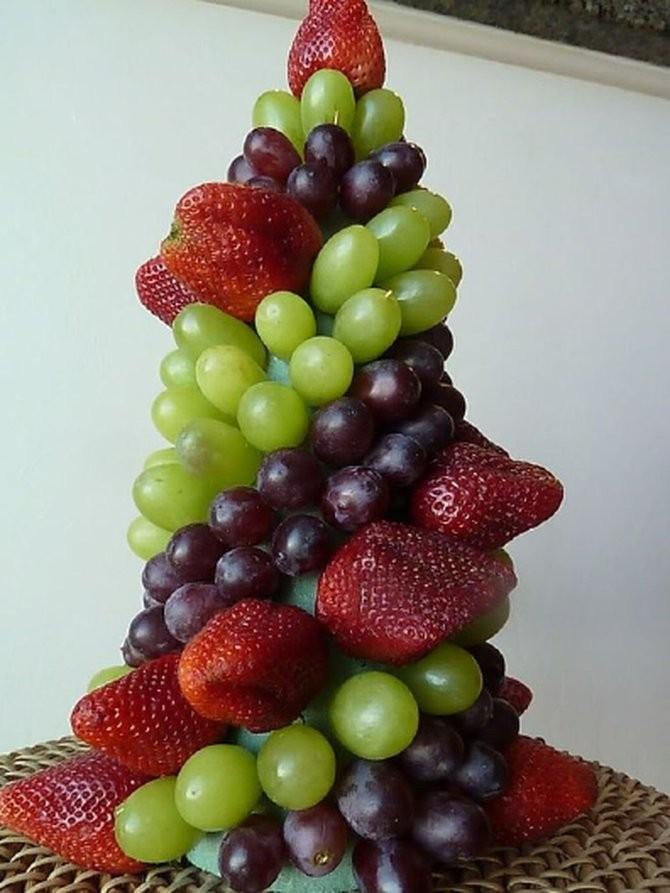Елочка из винограда и фруктов