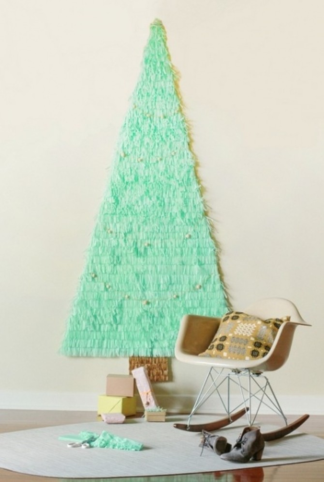 Плоские новогодние елки на стене из бумаги