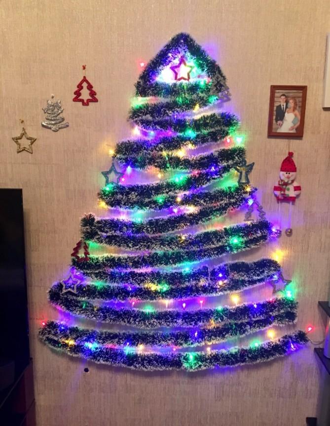 Плоские новогодние елки на стене из гирлянды