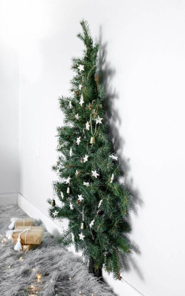 Плоские новогодние елки на стене из веток